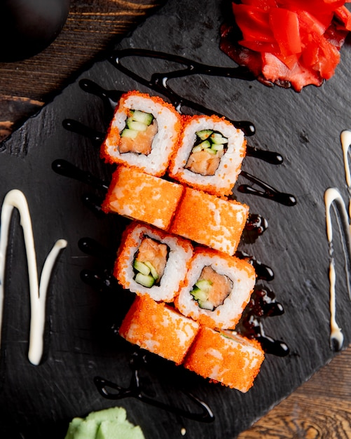 Roladki Sushi Z Ogórkiem Podawane Z Wasabi I Imbirem Darmowe Zdjęcia