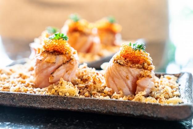 Roladki Z łososia Z Sosem Premium Zdjęcia