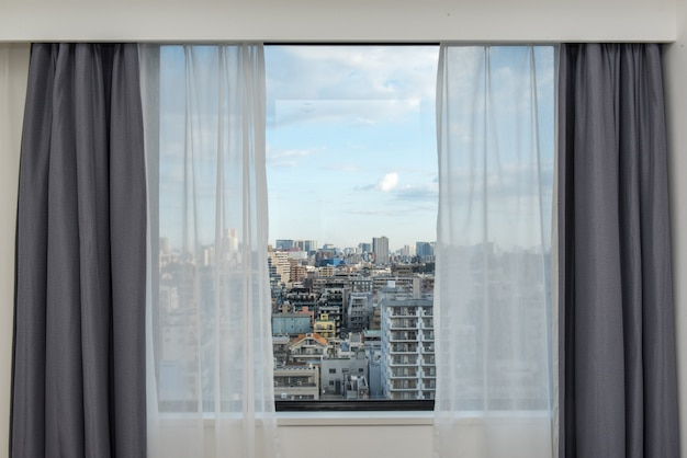 Rolety okienne z widokiem na miasto. Premium Zdjęcia