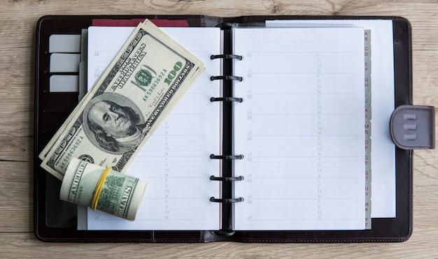 Rolka Banknotów Na Notebooku Premium Zdjęcia