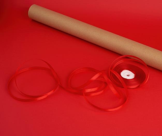 Rolka Brązowego Papieru Do Pakowania, Rolka Czerwonej Wstążki Premium Zdjęcia