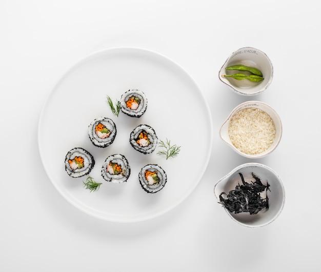 Rolki sushi leżące płasko z fasolą edamame Darmowe Zdjęcia
