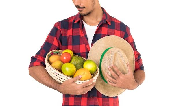 Rolnik Trzyma Kosz Owoców Premium Zdjęcia