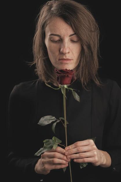 Romantyczna Kobieta I Czerwona Róża Premium Zdjęcia