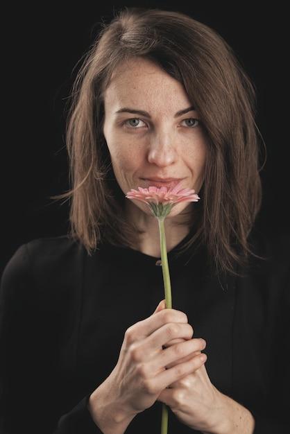 Romantyczna Kobieta I Piękna Różowa Stokrotka Premium Zdjęcia