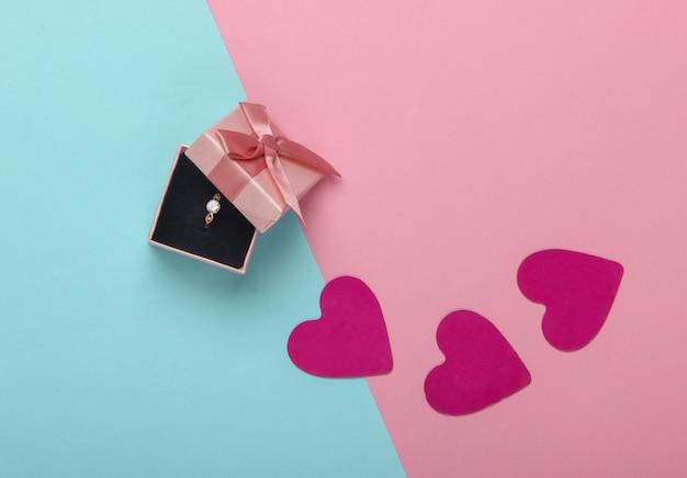 Romantyczna Koncepcja. Złoty Pierścionek Z Diamentem W Pudełku Premium Zdjęcia