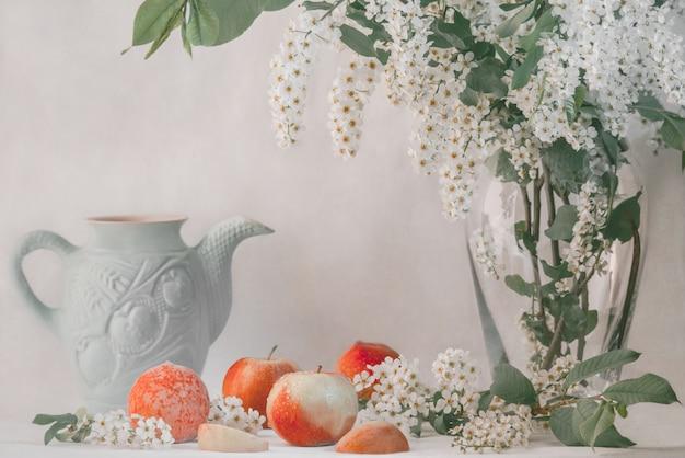 Romantyczna Martwa Natura Z Jabłkami I Brzoskwiniami Premium Zdjęcia