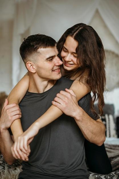 Romantyczna Młoda Para W Miłości Darmowe Zdjęcia