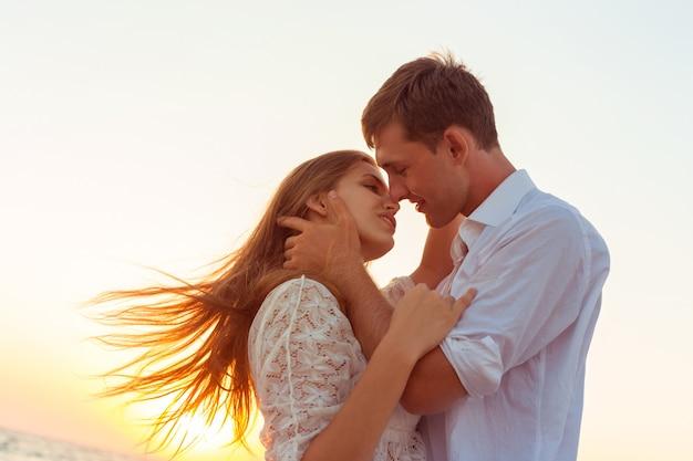 Romantyczna Para Całuje Na Plaży Premium Zdjęcia