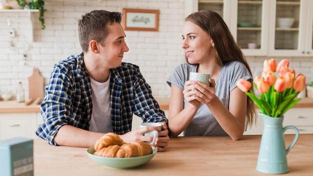 Romantyczna Para Odpoczynku Przy Stole I Popijając Herbatę Darmowe Zdjęcia