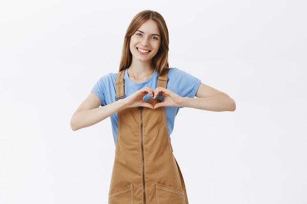 Romantyczna Piękna Dziewczyna Pokazuje Gest Serca I Uśmiecha Się Darmowe Zdjęcia