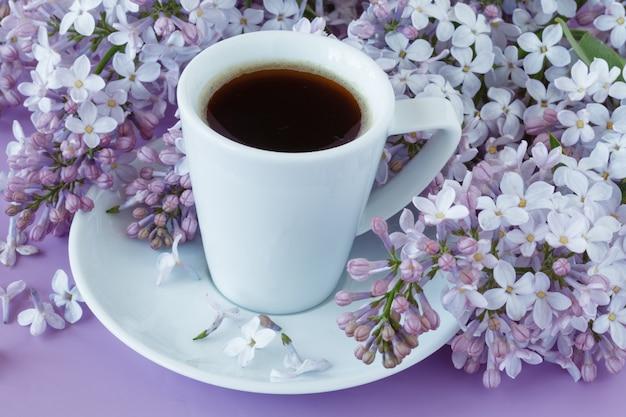 Romantyczna ściana Z Filiżanką Herbaty, Kwiatami Bzu Premium Zdjęcia