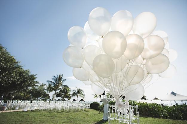 Romantyczna ślub Na Plaży. Dużo Białych Balonów Premium Zdjęcia