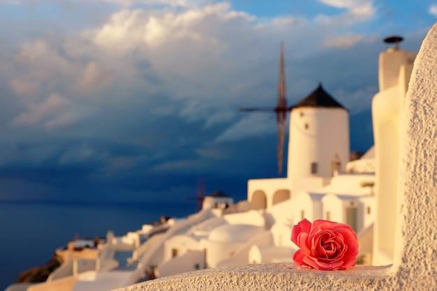 Romantyczna Wioska Oia Na Wyspie Santorini, Grecja Premium Zdjęcia