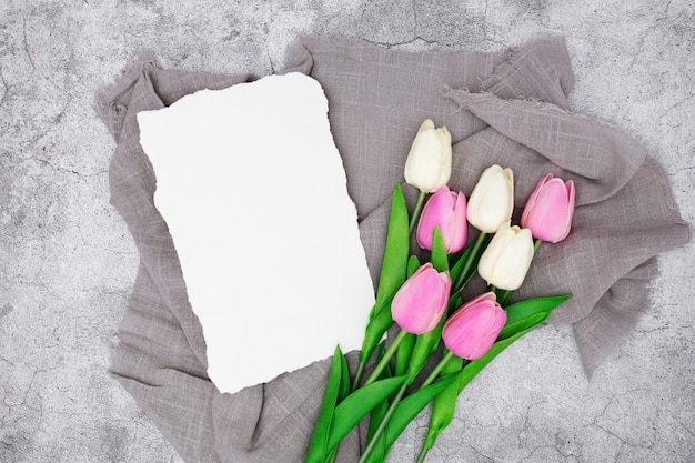 Romantyczne Powitanie Z Tulipanami Na Szarym Marmurze Darmowe Zdjęcia