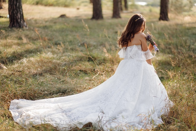 Romantyczne Zdjęcie W Bajkowym Lesie. śliczna Kobieta Darmowe Zdjęcia