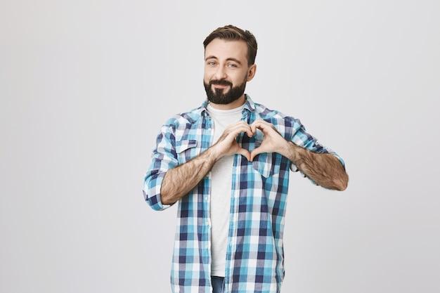 Romantyczny Brodaty Mężczyzna Wyświetlono Znak Serca, Wyrazić Miłość Darmowe Zdjęcia