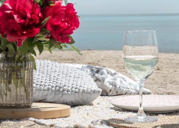 Romantyczny Piknik Nad Morzem Z Kwiatami I Kieliszkami Szampana. Pojęcie Wakacji. Darmowe Zdjęcia