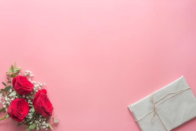 Romantyczny różowy tło z czerwonych róż i kwiatów Premium Zdjęcia