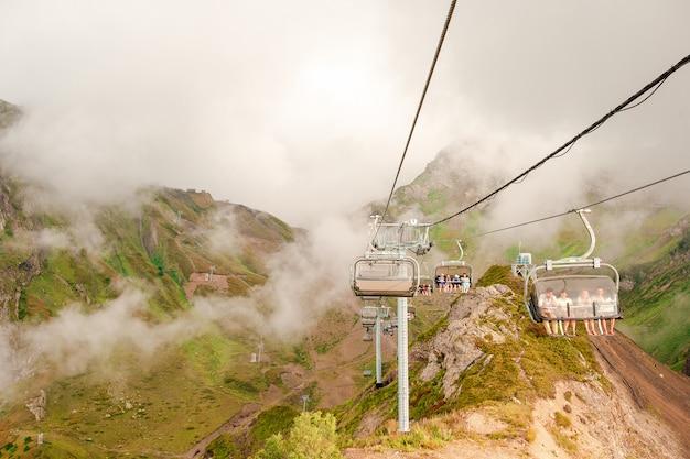 Ropeway na szczycie roza peak. soczi, krasnodar krai, rosja Premium Zdjęcia