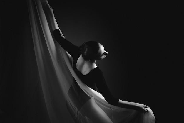 Rosja, Moskwa,:: Gimnastyczka Pozuje Na Czarno-białej Szmatki. Artystyczna Fotografia żeńskiej Gimnastyczki. Czarno-białe Zdjęcie Premium Zdjęcia