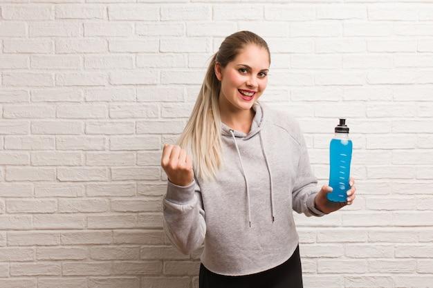 Rosyjska Kobieta Młodych Fitness Gospodarstwa Napój Energetyczny Premium Zdjęcia