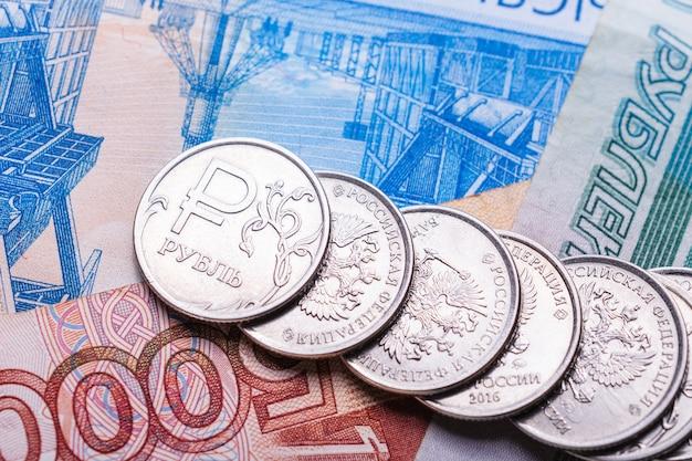 Rosyjskie Pieniądze Na Koncepcję Finansową I Gospodarczą. Monety I Weksle Rubla Rosyjskiego Lub Rubla Premium Zdjęcia