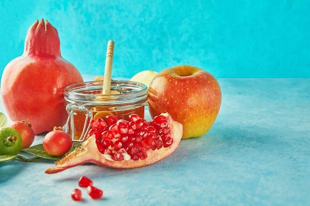 Rosz Haszana Ze Słoikiem Miodu I świeżymi Jabłkami Z Pestkami Granatu Premium Zdjęcia