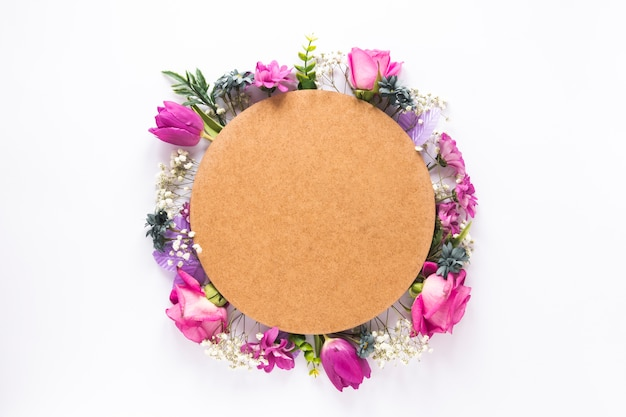 Round Papier Na Różnych Kwiatach Na Stole Darmowe Zdjęcia