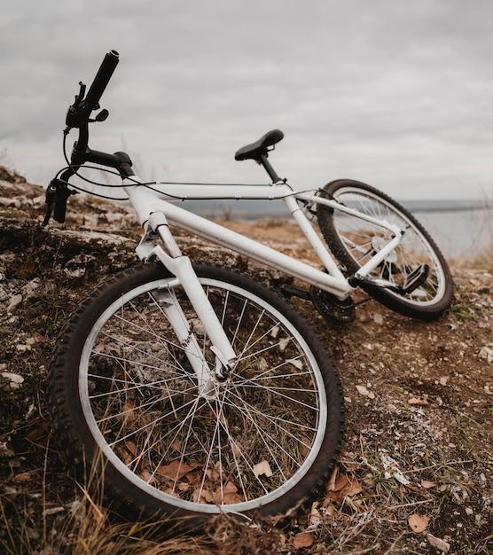 Rower Górski Na Trawie Darmowe Zdjęcia
