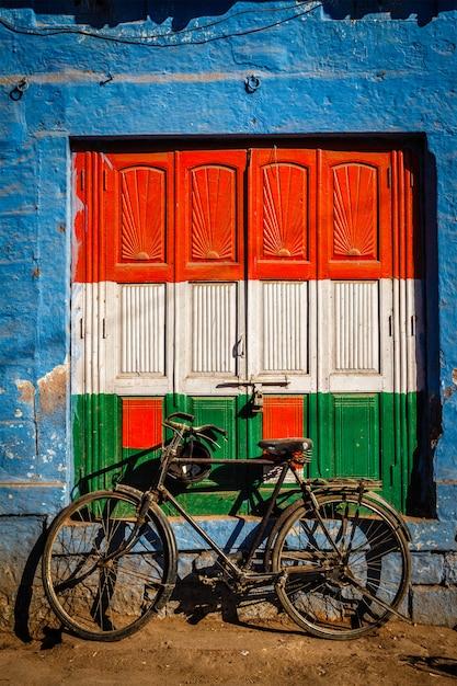Rower I Drzwi Pomalowane W Kolorach Flagi Narodowej Indii. Jodhpur, Indie Premium Zdjęcia