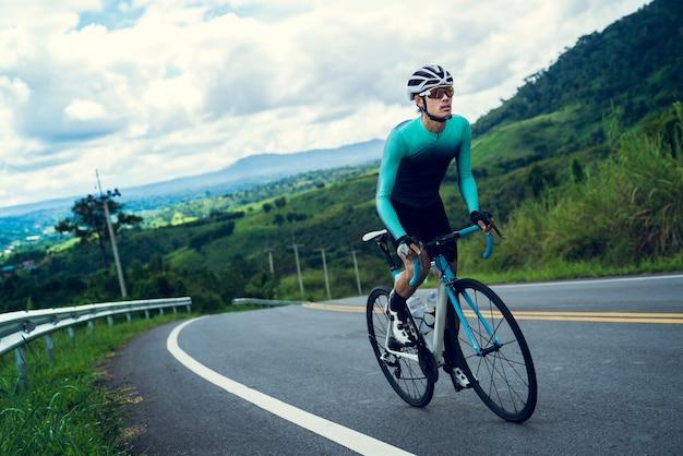 Rowerzyści Jeżdżą Na Rowerze, Wspinając Się Na Szczyt. Premium Zdjęcia