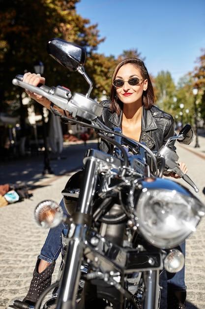 Rowerzysta dziewczyna w skórzanej kurtce na motocyklu Darmowe Zdjęcia