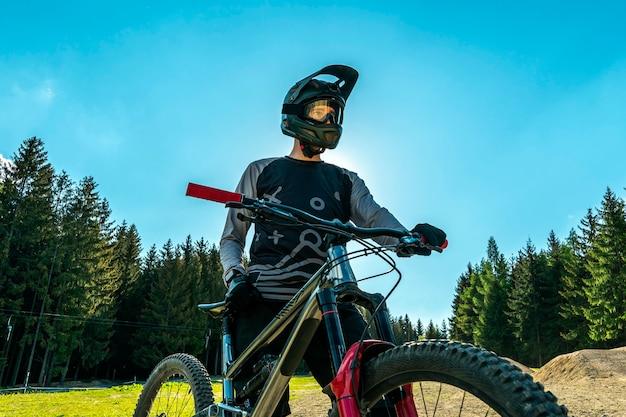 Rowerzysta Górski Z Nowoczesnym Rowerem Z Pełnym Zawieszeniem. Premium Zdjęcia
