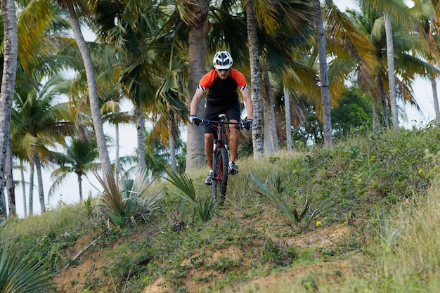 Rowerzysta Jeździ Na Rowerze Górskim Na Dominikanie. Premium Zdjęcia
