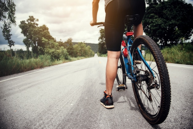 Rowerzysta man racing bike outdoor Darmowe Zdjęcia