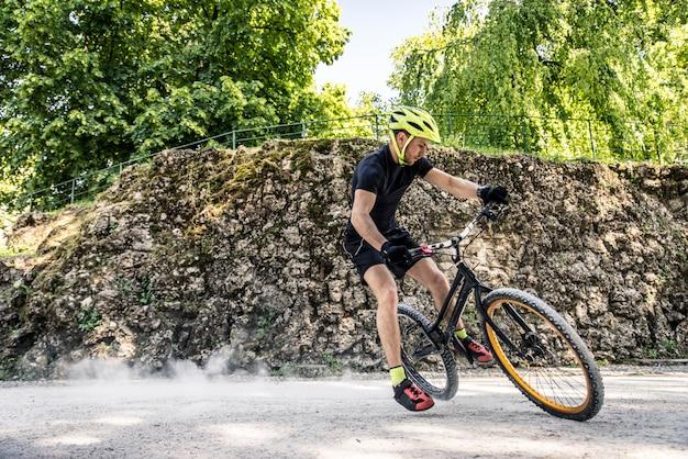 Rowerzysta Robi Sztuczki Na Rowerze Premium Zdjęcia