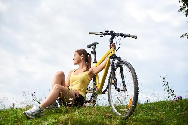 Rowerzysta z rowerem górskim Premium Zdjęcia