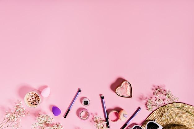 Róż Do Policzków, Liliowe Pędzle Do Makijażu I Słomkowy Kapelusz Znajdują Się Na Odosobnionym Różu. Darmowe Zdjęcia