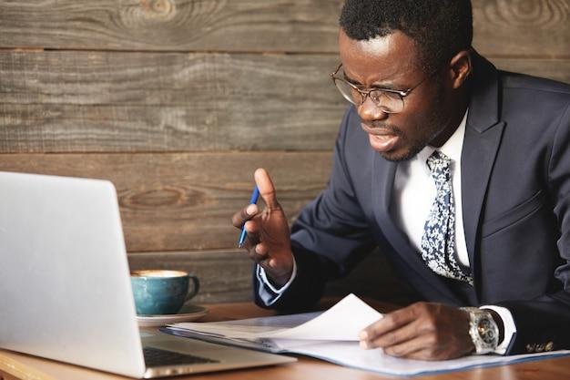 Rozczarowany Afrykański Biznesmen Jest Oszołomiony I Zdezorientowany Błędem W Oficjalnych Dokumentach Darmowe Zdjęcia