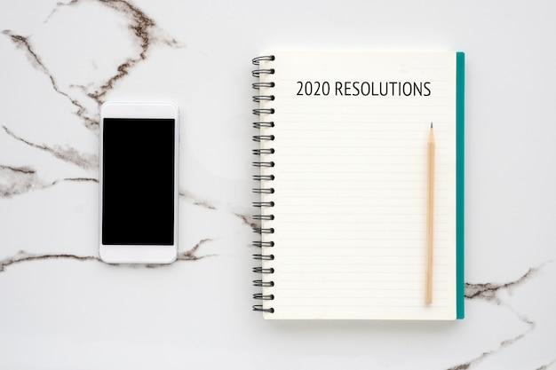 Rozdzielczość 20120 Na Smartfonie Z Pustego Papieru Z Pustym Ekranem Na Tle Białego Marmuru Premium Zdjęcia