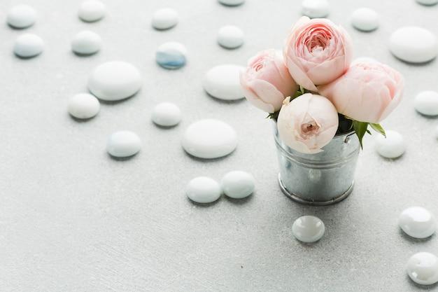 Róże W Metalicznym Wiadrze Wysokim Widoku Darmowe Zdjęcia