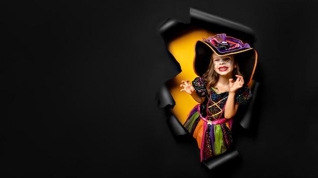Roześmiana śmieszna Dziecko Dziewczyna W Czarownica Kostiumu W Halloween Premium Zdjęcia