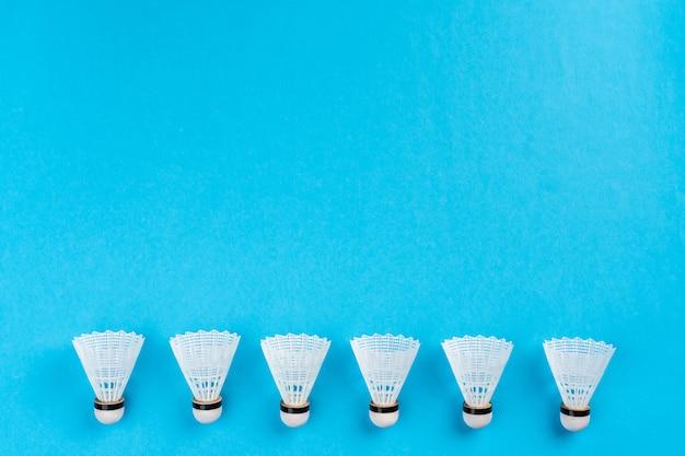 Rozmieszczenie Lotek Na Niebieskiej Powierzchni Premium Zdjęcia