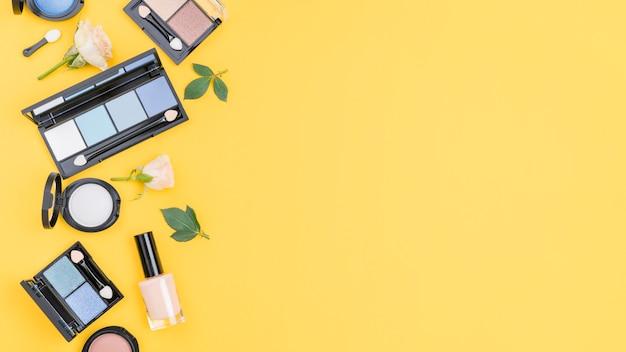 Rozmieszczenie Różnych Kosmetyków Z Miejsca Kopiowania Na żółtym Tle Darmowe Zdjęcia