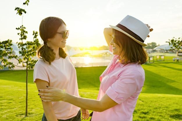 Rozmowa między matką a córką Premium Zdjęcia