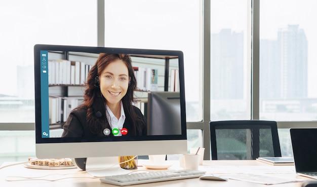 Rozmowy Wideo Biznesmenów Spotykających Się W Wirtualnym Miejscu Pracy Lub Biurze Premium Zdjęcia