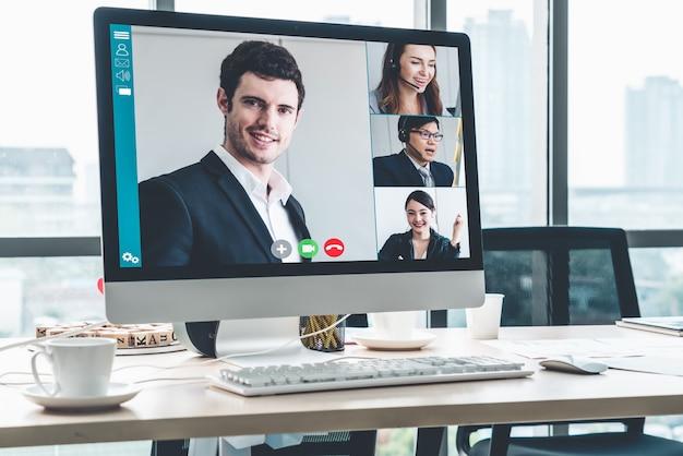 Rozmowy Wideo Biznesmenów Spotykających Się W Wirtualnym Miejscu Pracy Lub Odległym Biurze Premium Zdjęcia