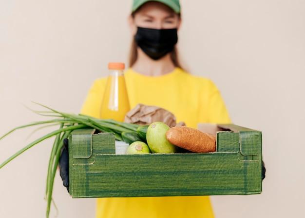 Rozmyta Kobieta Dostawy Gospodarstwa Skrzynia Na żywność Darmowe Zdjęcia