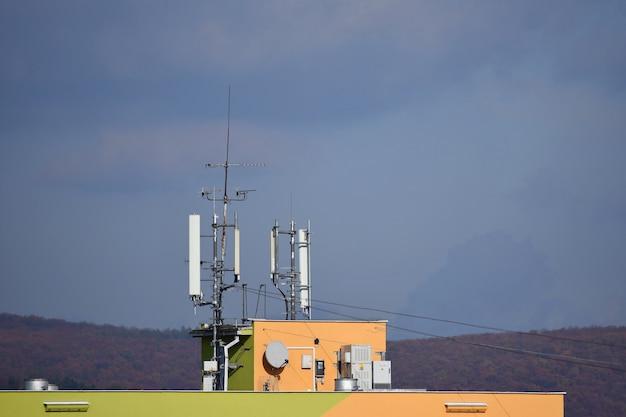 Różne Anteny Na Dachu. Premium Zdjęcia